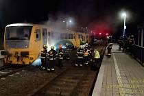 Požár vlaku likvidovali v noci na pondělí hasiči ve Vraném nad Vltavou na Praze-západ.