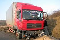 Srážka kamionu a osobního vozidla mezi Suchomasty a Litní