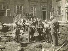 Dr. Karel Guth při výzkumu III. nádvoří Pražského hradu na konci 20. let
