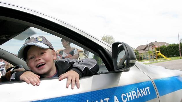 Policisté a hasiči mezi školáky