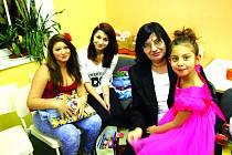 Marie Kováčová se svými vnučkami a adoptovanou malou Nikolkou.