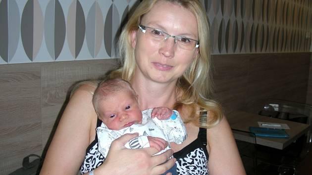 ŠŤASTNÁ maminka Markéta Javůrková z Chodouně chová v náručí syna Adama, kterého přivedla na svět 3. listopadu 2017. Chlapeček v ten den vážil 3,81 kg a měřil 53 cm.  Z Adámka se radují tatínek Jan, bráškové Honzík (4 roky) a Davídek (2 roky) Javůrkovi.