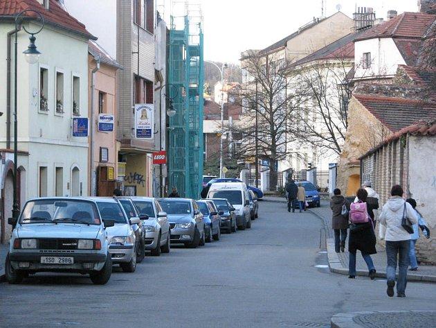 V této rušné berounské ulici policie dopadla známého vařiče drog