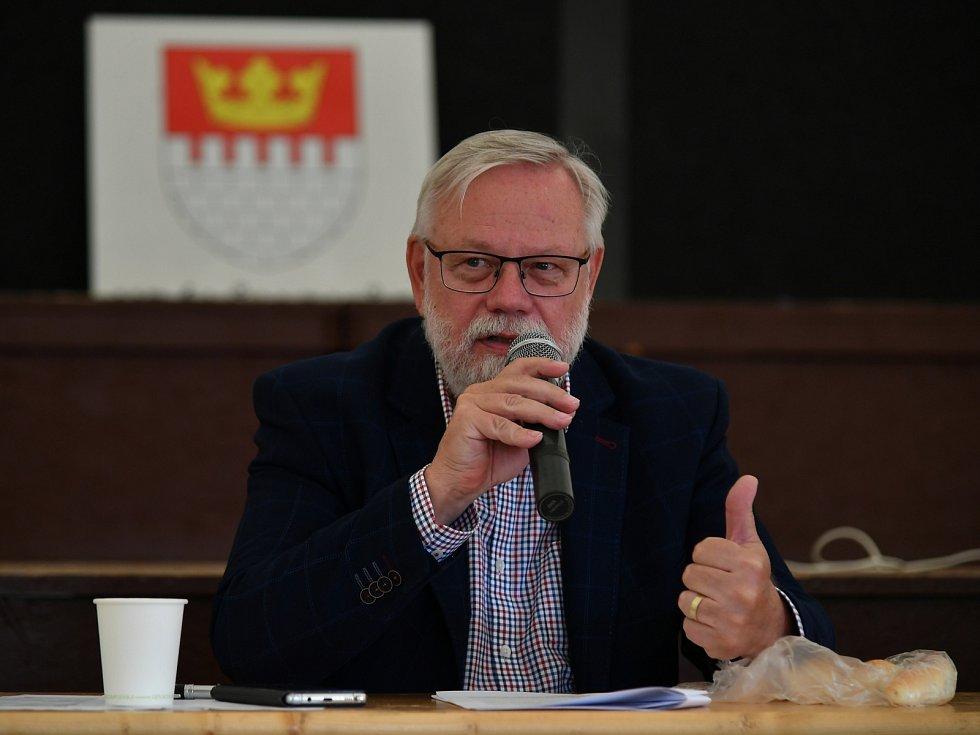 Ze zasedání zastupitelstva města ve stanu na zámku v Králově Dvoře.