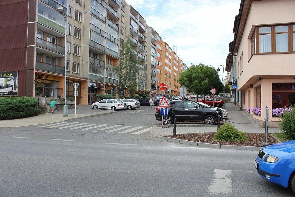V místě bývalé odbočky z Plzeňské do Havlíčkovy ulice vznikne po zhruba dvouměsíčních stavebních úpravách celistvý chodník. V rámci jeho výstavby se ten stávající vybourá a zrekonstruuje.