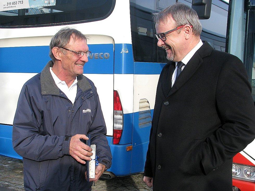 Řidič Bedřich Paur zabránil tragédii na kruhovém objezdu, převzal cenu od ministra Dana Ťoka