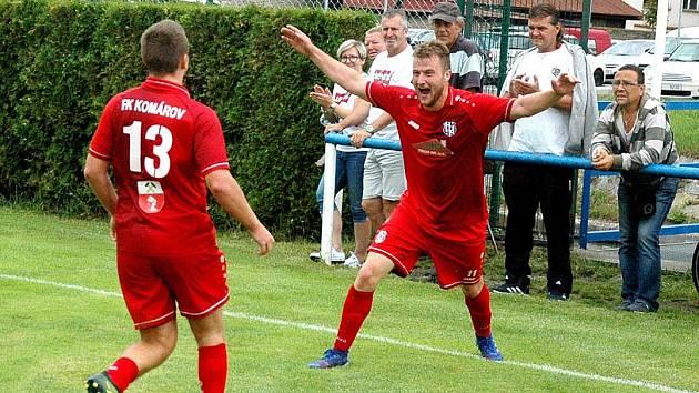 Komárov (v červeném) vyřadil z poháru Hořovicko. Tady slaví rozhodující gól Jan Mojdl.