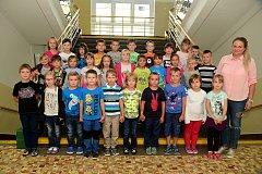 Žáci 1.B ze ZŠ Králův Dvůr v Jungmannově ulici s třídní učitelkou Barborou Meškánovou.