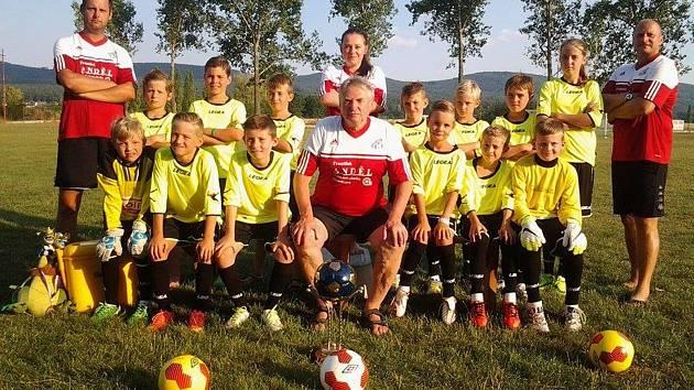 Mladí fotbalisté a fotbalistky hrají na mnoha turnajích.