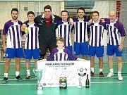 Den před Silvestrem nastoupil Václav Dudl (druhý zleva) v dresu Ligoušů na halovém turnaji v Hořovicích nazvaným Pomáháme fotbalem.