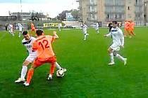 Vojtěch Zítek bojuje v Třeboni v oranžovém dresu.