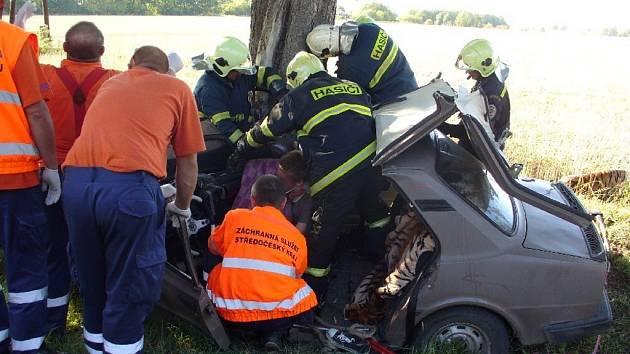 Náraz auto zcela zdemoloval.