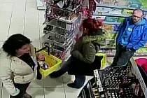 Policisté z obvodního oddělení Hořovice pátrají po totožnosti dvou žen a jednoho muže, kteří dne 22. března 2016 krátce po sedmnácté hodině přicestovali do města Hořovice. Následně z prodejny drogerie odcizili zboží