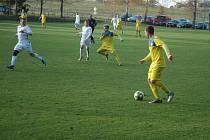 Chlumečtí fotbalisté (v bílém) zaskočili favorizované Klecany.