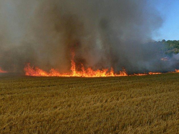 Poláž pole ve Žloukovicích na Berounsku ohrozil lidi v chatové osadě