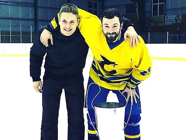 Matěj Mráz se v dresu Černošic raduje z vítězství v krajské lize společně s bratrem Ondřejem.
