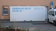 Odběrové místo na covid-19 před centrálním příjmem v areálu Nemocnice Hořovice.