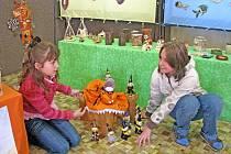 Malí čarodějové a spousta jiných zajímavých keramických postaviček a výrobků zaplnila v tomto týdnu vstupní halu Základní a mateřské školy v Králově Dvoře