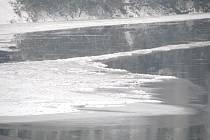 Na Berounce se tvoří ledové bariéry. Ilustrační foto Berounky v zimě.