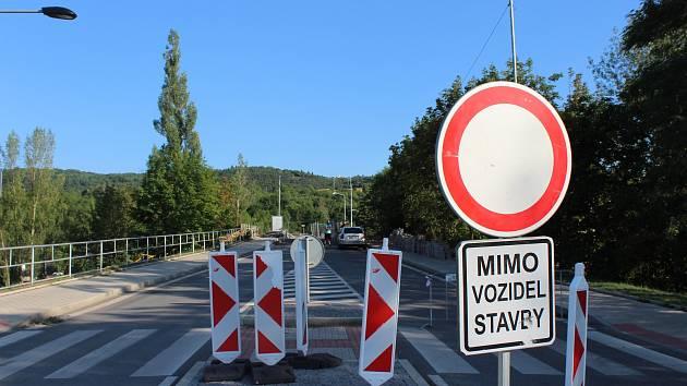 Uzavírka mostu na berounskou Zavadilku se prodlouží až do poloviny října.