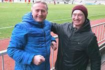 Ještě zvesela navštívil Karel Jonák (vlevo) 7. března utkání druholigové Viktorie Žižkov, kde držel palce komárovskému Václavu Dudlovi společně s jeho dědou Václavem Králem.
