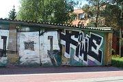 Velké sídliště v Berouně ničí sprejeři a různí vandalové. Najít zde budovu, na které by nebyly namalovány nějaké klikyháky je celkem zázrak. Šílené obrazce nejsou jen na nových fasádách zateplených panelových domů, ale i na městských objektech, kontejnere
