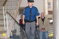 Zloděje přivedla k soudu vězeňská eskorta