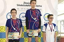 Tomáš Míka (uprostřed) si doplaval pro zlaté medaile na sto a dvě stě metrů prsa, kde ho vždy doprovodil stříbrný Lukáš Uxa z berounské Lokomotivy.