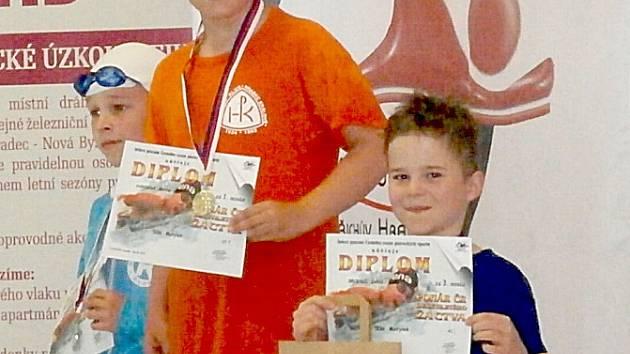 Lukáš Brousil (vpředu) na stupních vítězů