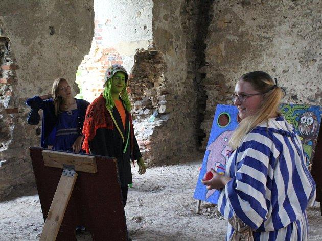 Točník hostil kejklíře, šermíře, divadlo, hudebníky a další středověkém umělce.
