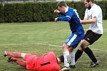 Tomáš Srp (v modrém) číhá na dorážku v úvodnímu duelu jara s Nespeky.