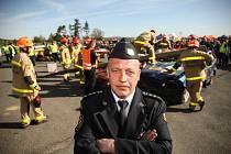 Soutěž hasičů ve vyprošťování osob z havarovaných aut na letišti v Tlusticích na Berounsku.