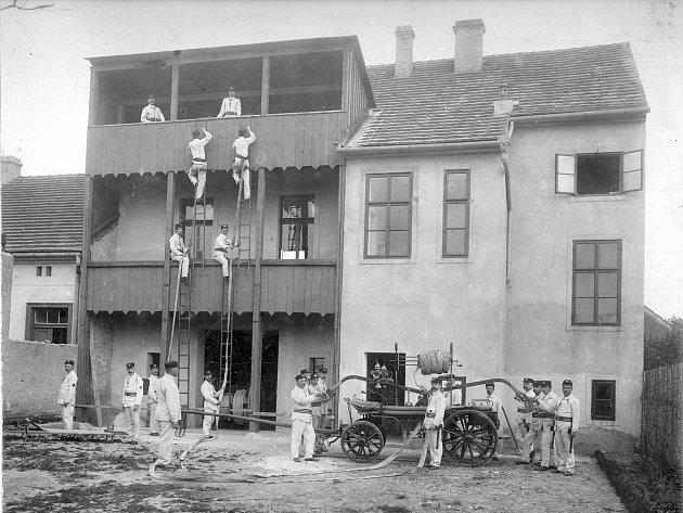 Výstava představuje iarchivní snímky někdejšího Sboru dobrovolných hasičů Hořovice.