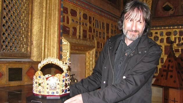 V kapli sv. Kříže hradu Karlštejn se předávala replika císařské koruny