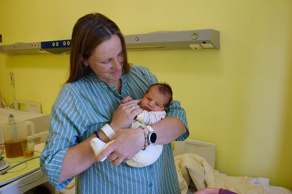 Šimon Týče se manželům Kateřině a Janovi narodil v benešovské nemocnici 4. června 2021 ve 0.23 hodin, vážil 3260 gramů. Doma v Hradišti u Vlašimi na něj čekal Matyáš (13) a Tobiáš (11).