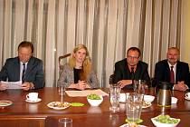 SETKÁNÍ na berounské radnici se zúčastnili (zleva) starosta města Beroun Ivan Kůs, ministryně školství Kateřina Valachová,  poslanec Richard Dolejš a starosta města Hořovice Jiří Peřina.