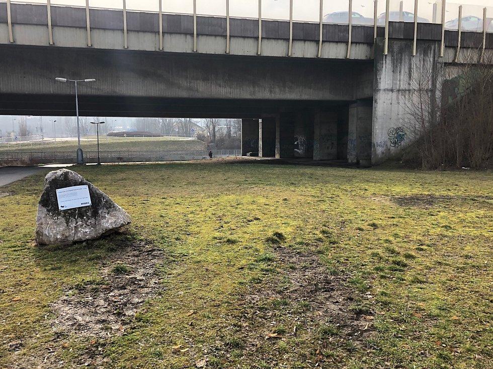 Dálniční most v Berouně, pod kterým byl ve čtvrtek 4. března 2021 ráno nalezen mrtvý muž.
