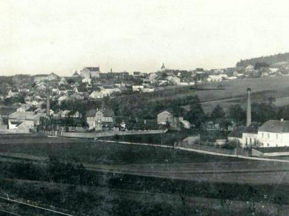 Fotografie Hořovic od železnice. Dodnes mají cestující vlakem od Plzně velice podobný výhled.