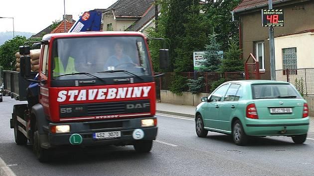 Na několika místech na Berounsku monitorují rychlost bezpečnostní elektronické tabule. Řidiče na jejich aktuální rychlost upozorňuje třeba radar v Králově Dvoře a také v Lidické ulici v Berouně.