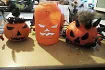 Jelikož halloween děti ve školní družině nestihly, jedna ze žáček, Eliška, vyřezala dýni doma a poslala do školy fotky.