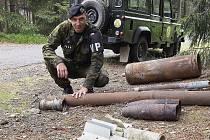 Vojenský pyrotechnik u nálezu munice.