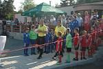 Přes 660 diváků sledovalo odvetný zápas finále poháru, ve kterém se radoval z poháru pro prvního Komárov (v modrém).