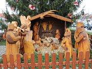 Husovo náměstí už zdobí dřevěný betlém.