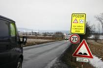 Nebezpečný úsek mezi Žebrákem a Hořovicemi je označen výstražnými tabulemi.