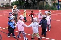 Kvalitu zrekonstruovaného sportovního hřiště  s umělým povrchem  si děti ze Základní a mateřské školy ve Tmani vyzkoušely už při slavnostním zahájení.