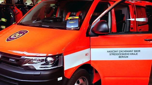 Defibrilátor vozí hasiči v tomto autě