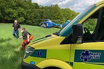 Zásah záchranářů u nehody cyklisty v hůře přístupném terénu nedaleko obce Mořina.