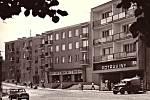 Hořovická hlavní třída s obchody kolem roku 1970.