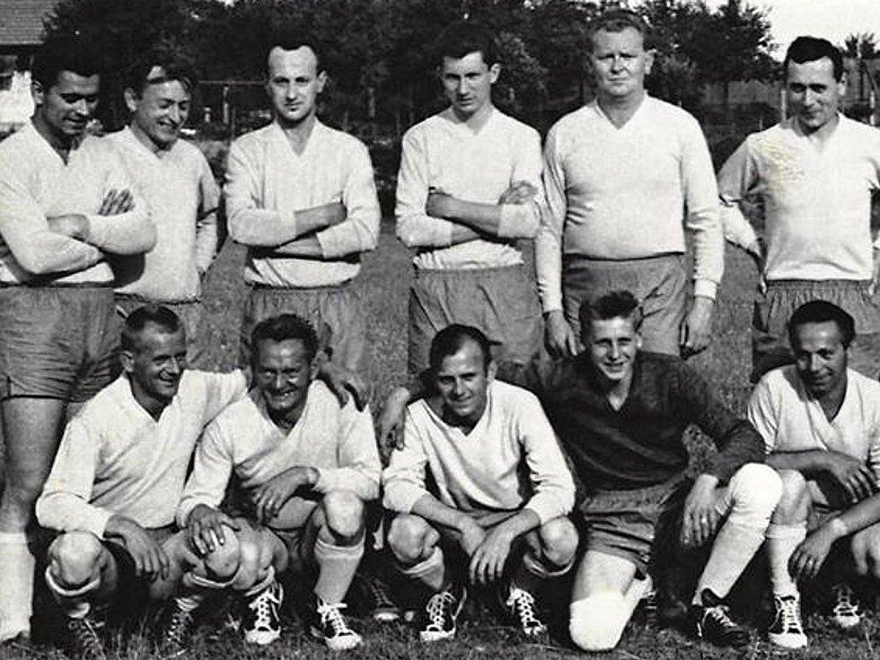 Loděničtí fotbalisté na hřišti.