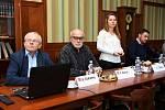 Na snímku (zleva) vedoucí Ústavu plynných a pevných paliv a ochrany ovzduší VŠCHT Karel Ciahotný, František Skácel z VŠCHT a produktová ředitelka Karolína Čápová.